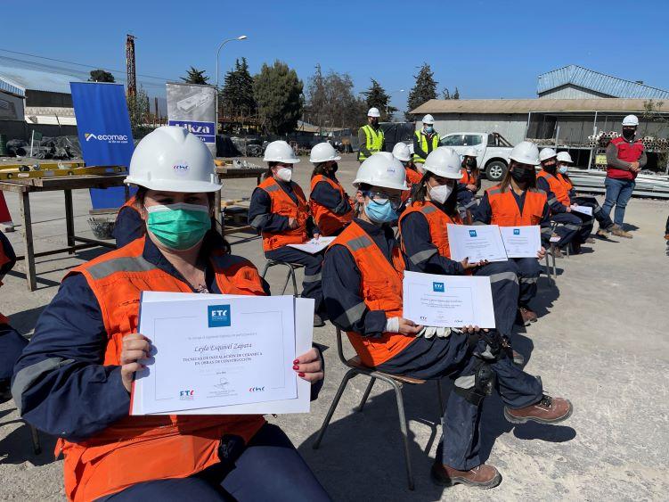 Mujeres jefas de hogar serán contratadas por empresas constructoras tras capacitarse como ceramistas noticias